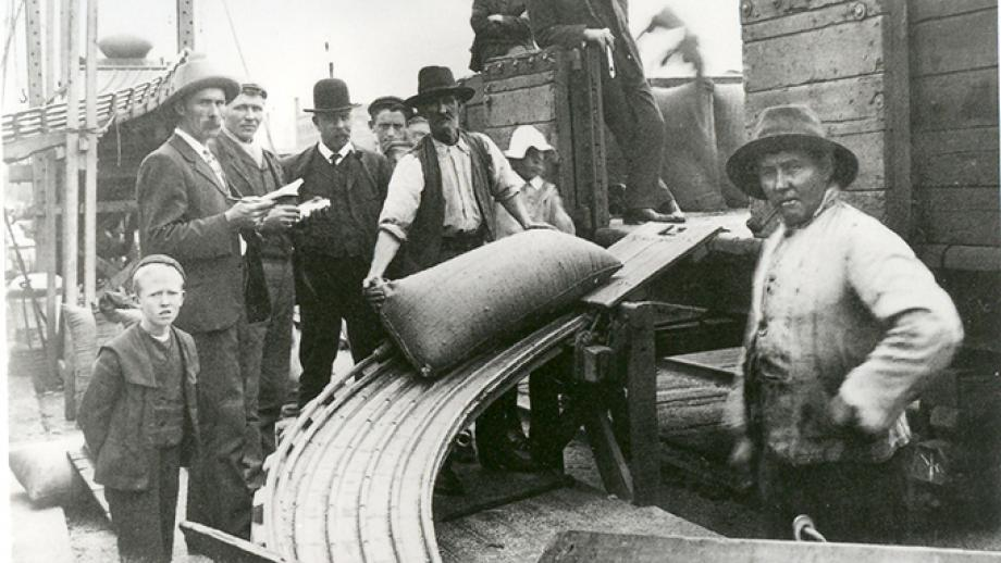 Lumpers at work, Fremantle wharf, early 1900s